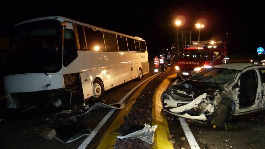 Frontalzusammenstoß zwischen Bus und PKW
