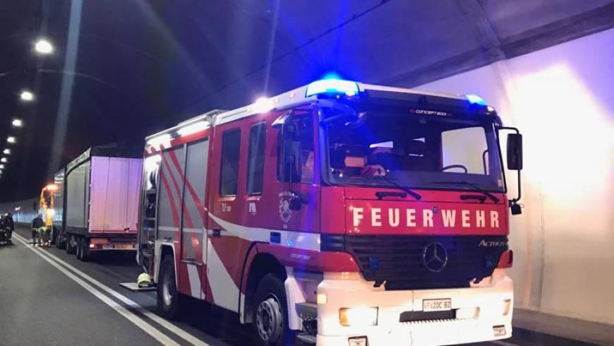 LKW brennt im Tunnel