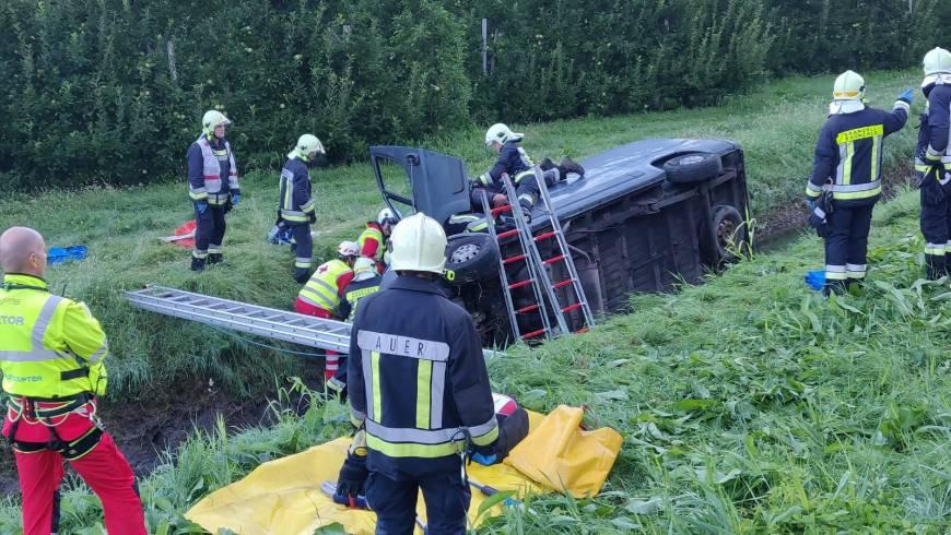 Auto landet im Straßengraben – Person eingeklemmt